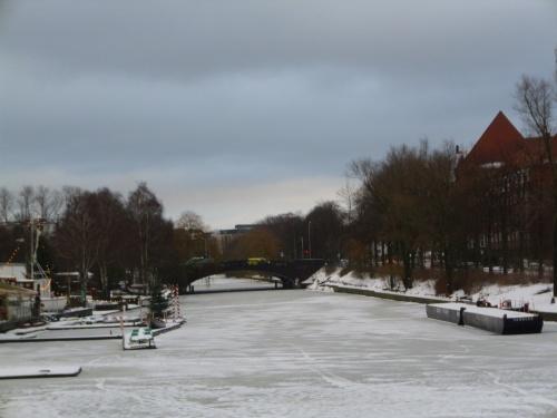 Zugefrorener Alsterkanal in Hamburg