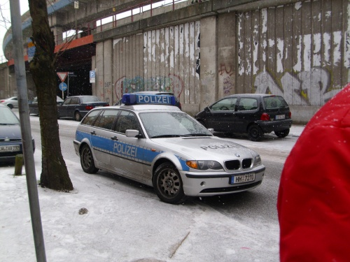 Polizei vor der Arge in der Hamburger Innenstadt