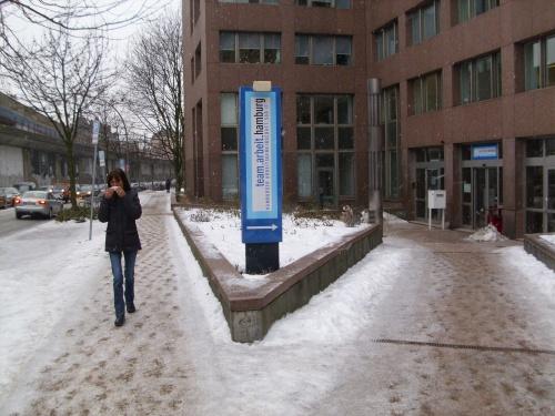 Vor der ARGE in der Hamburger Innenstadt