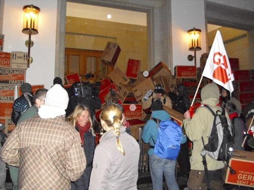 Sparpakete werden schwunghaft vor dem Landeshaus abgeworfen