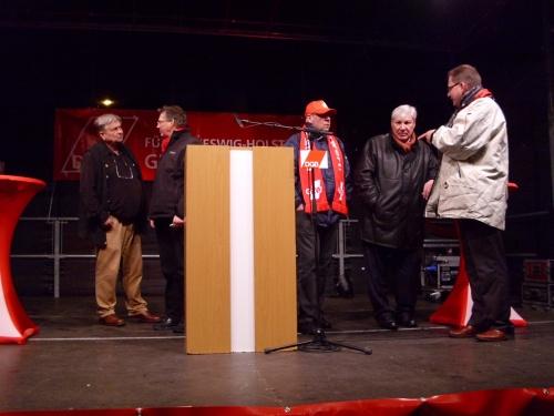 Die Gewerkschaftspitze mit Peter Grottian auf der Bühne vor dem Landeshaus
